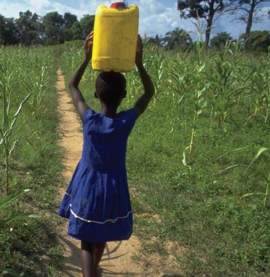Сбор воды женщинами и девочками в Африке